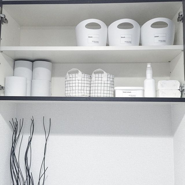 収納ボックスやお掃除アイテムなどをホワイトで統一する
