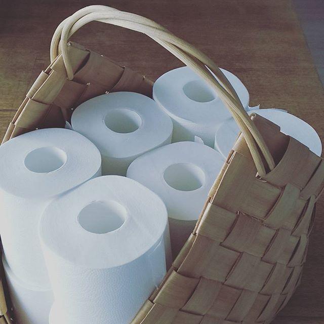 トイレットペーパーをかごや袋に収納する