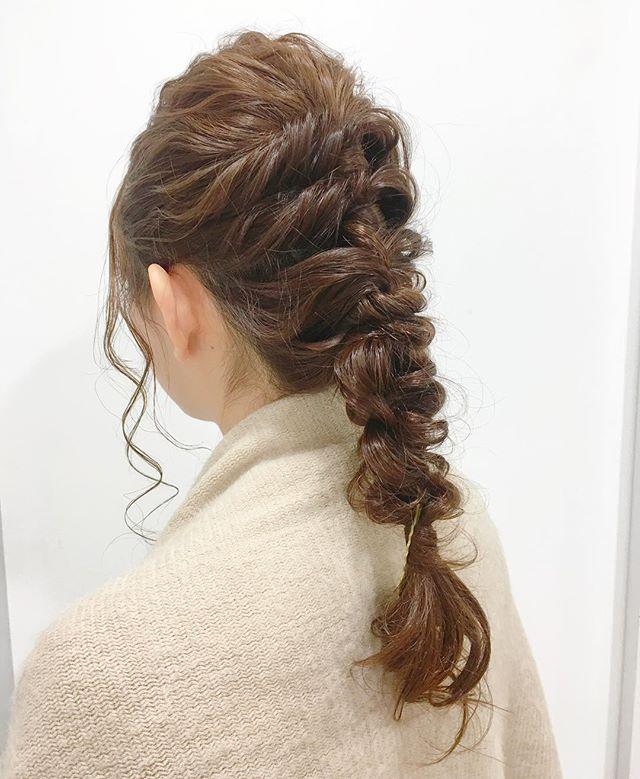 髪の毛を3セクションに分けて上からくるりんぱ