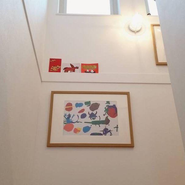 階段の壁に飾る