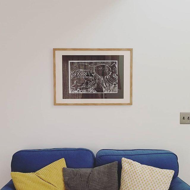 ソファーのうしろの壁に飾る