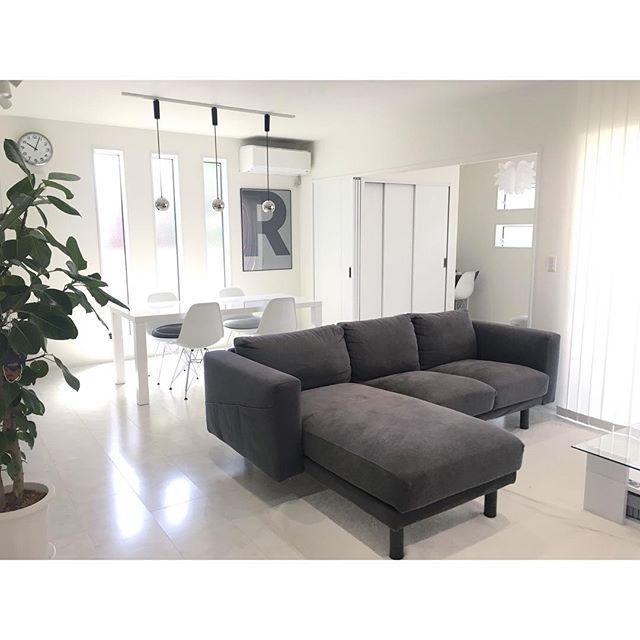 ホワイトインテリアとグレーの家具の組み合わせでホテルライクなテイストに