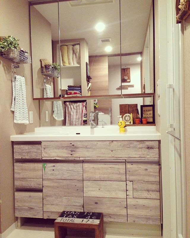 洗面所が木目シートで温もり空間に