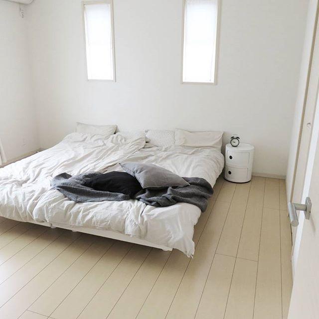 見ているだけで落ち着く、シンプルに整えられたベッドルーム