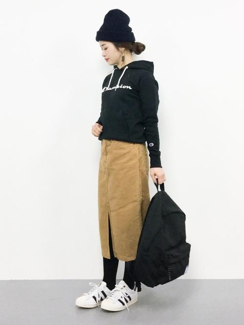 黒パーカー×タイトスカート4