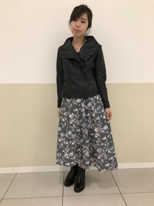 ミモレ丈のスカートと合わせた女性らしい着こなし2