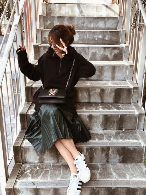 黒パーカー×プリーツスカート2