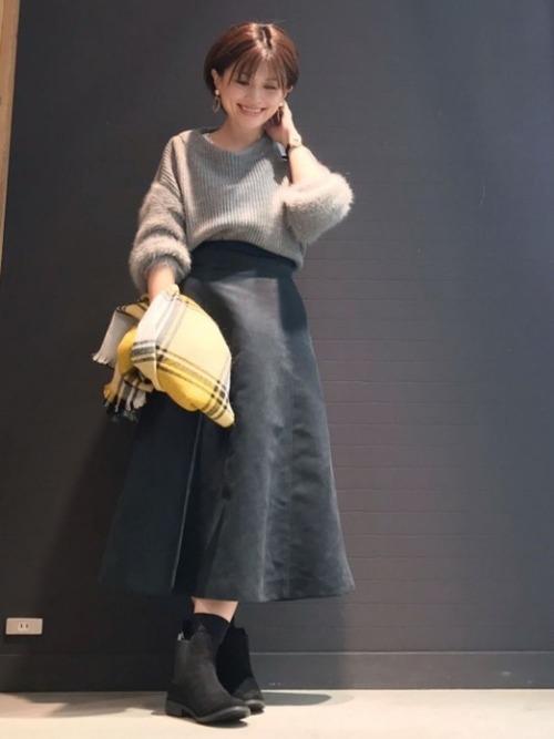 ミモレ丈のスカートと合わせた女性らしい着こなし3
