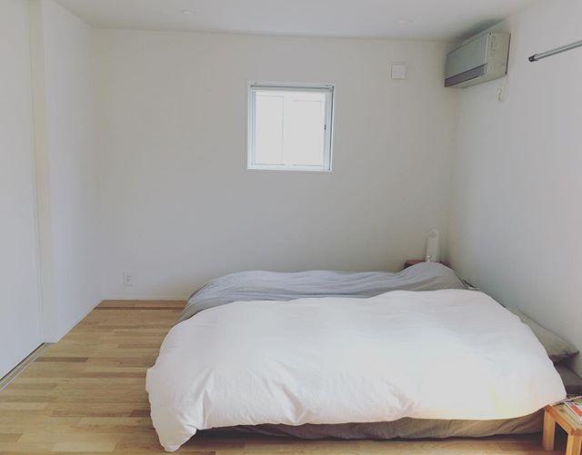 見ているだけで落ち着く、シンプルに整えられたベッドルーム2