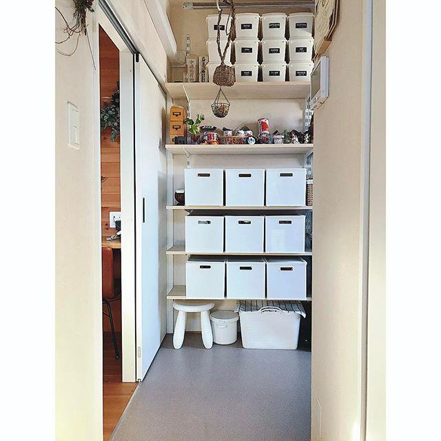 引き出しやクローゼットなど、他の収納と組み合わせた収納例5