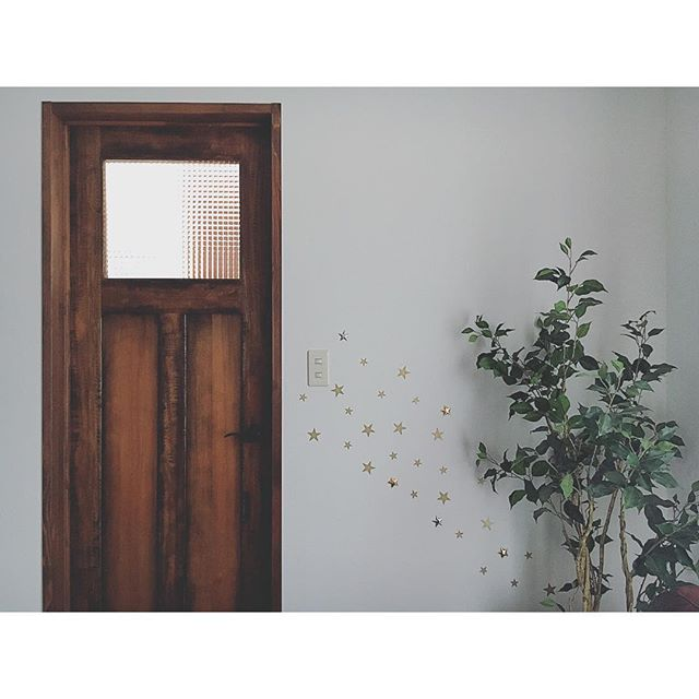 ドアに合わせた壁デコレーション