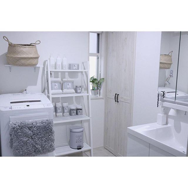 ホワイトインテリアの洗面スペースにグレーのアイテムをプラスして