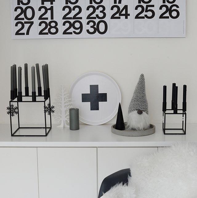 色合いを白やグレー、黒で統一された小物を置く2
