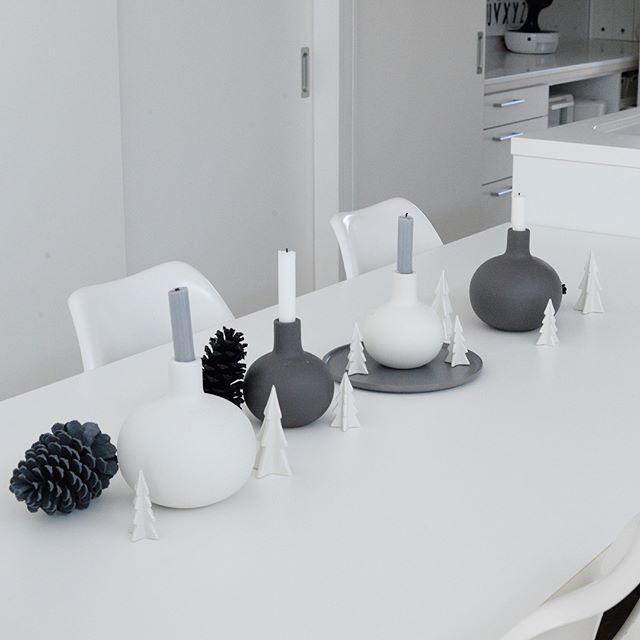 色合いを白やグレー、黒で統一された小物を置く3