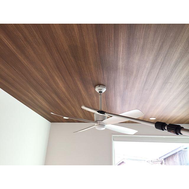 天井に木目調のアクセントクロスで高級感をプラス