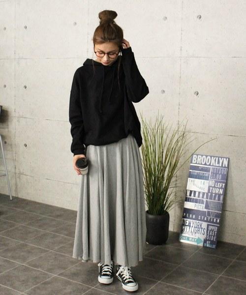 黒パーカー×フレアスカート4