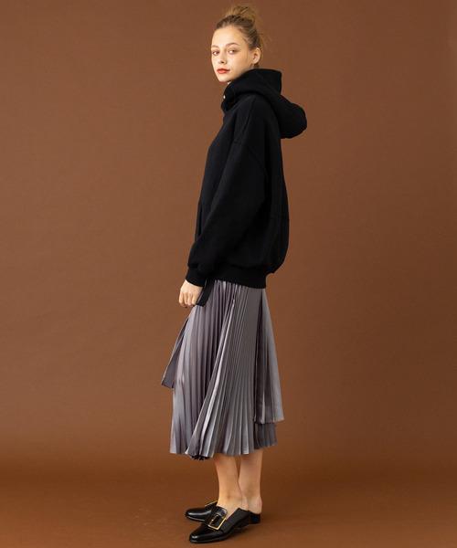 黒パーカー×プリーツスカート
