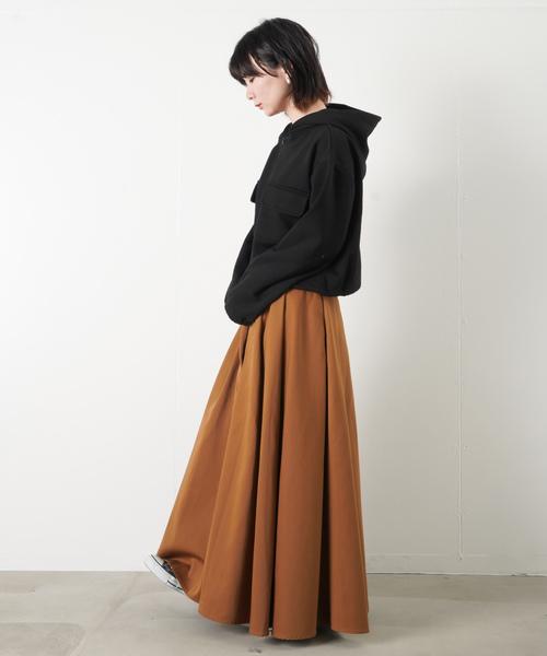 黒パーカー×フレアスカート3