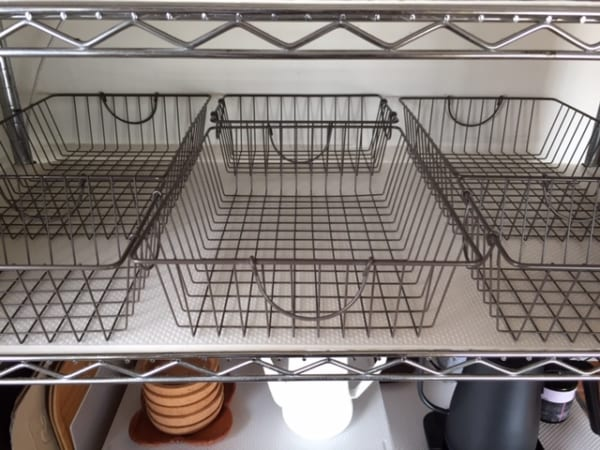【ダイソー】のカゴで食器を収納8