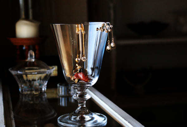 グラスをスタンド代わりに