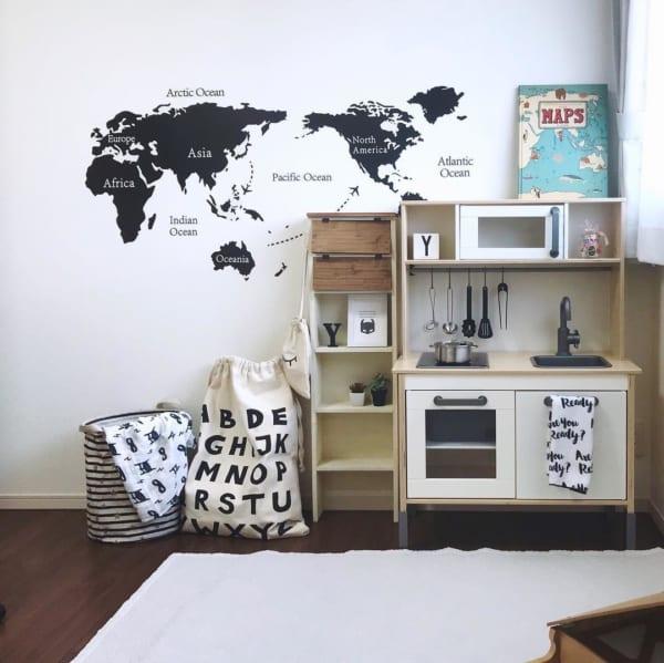 モノトーンの子供部屋でワールドマップとボーイズライクに