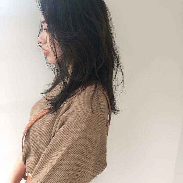 黒髪・ダークトーンのセミロングヘア10
