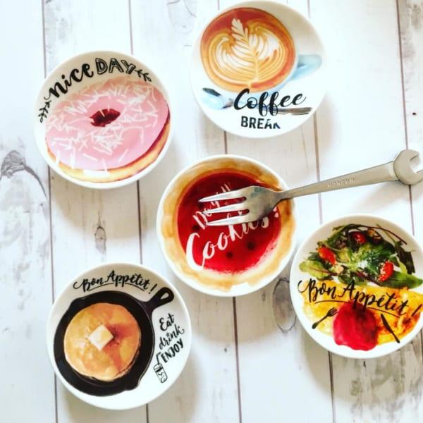 明るいキュートなイラストが魅力のカフェ豆皿