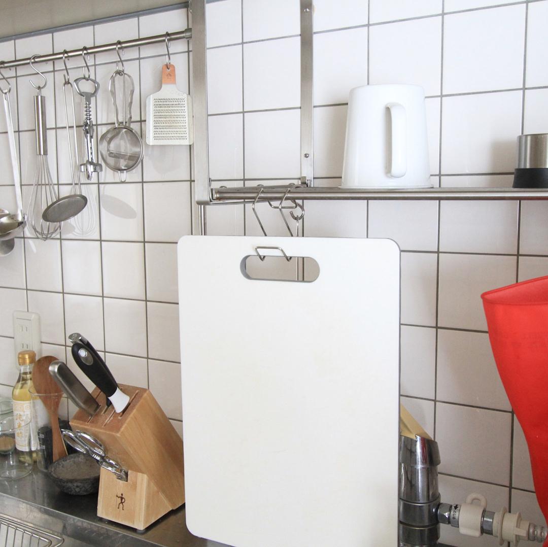 ステンレス扉につけるフック:キッチンでまな板掛けに