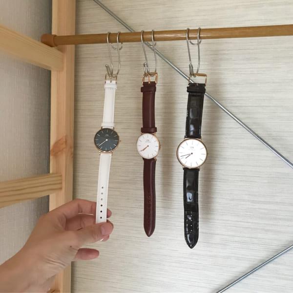 身支度スペースに腕時計を吊るして