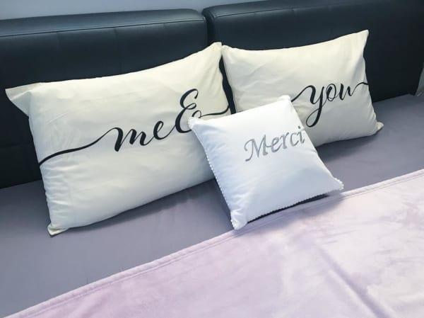 エレガントな字体が魅力の枕カバーとクッション