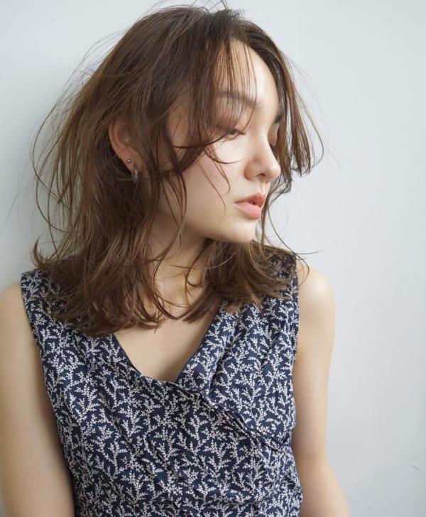 前髪ありのセミロングヘア14