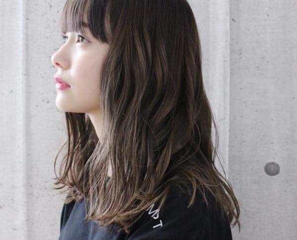 前髪ありのセミロングヘア17