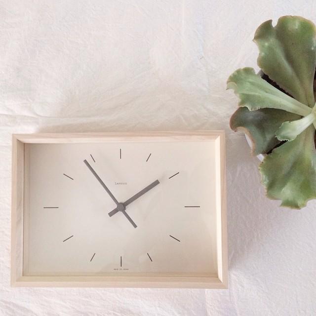 ■やわらかな印象の木枠の時計は、家具やお部屋と相性◎