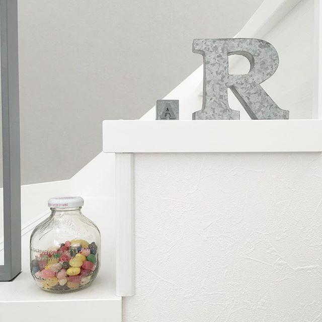 マルティネリの空き瓶にお菓子を詰め込む
