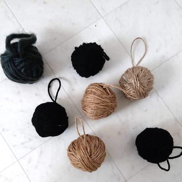 毛糸や麻ひもを丸めて