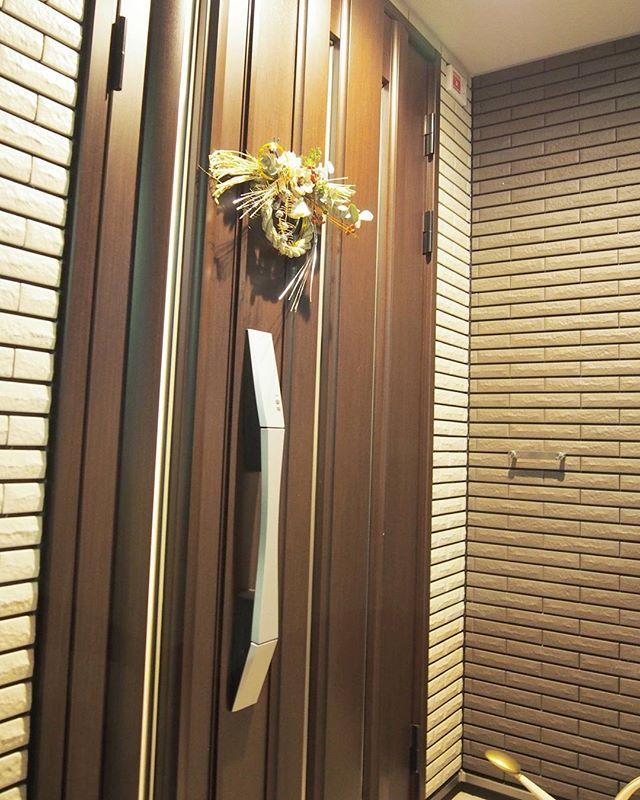 しめ縄を玄関の扉に飾る2
