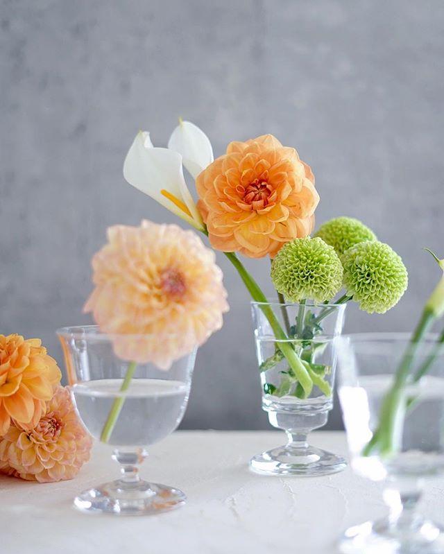 グレー インテリア 差し色 花