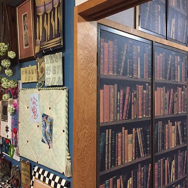 本棚デザインの壁紙で知的なインテリア2