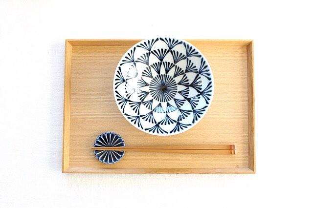 箸置きと皿の組み合わせ