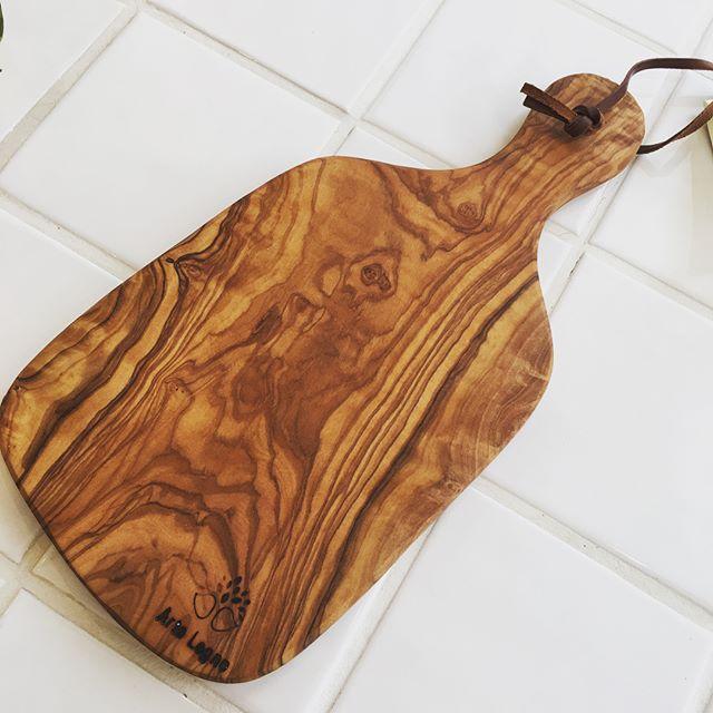 木材の色合いや様々な形のオシャレなまな板