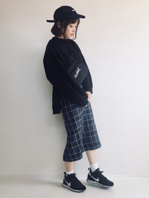 スウェット×ナローミディスカート