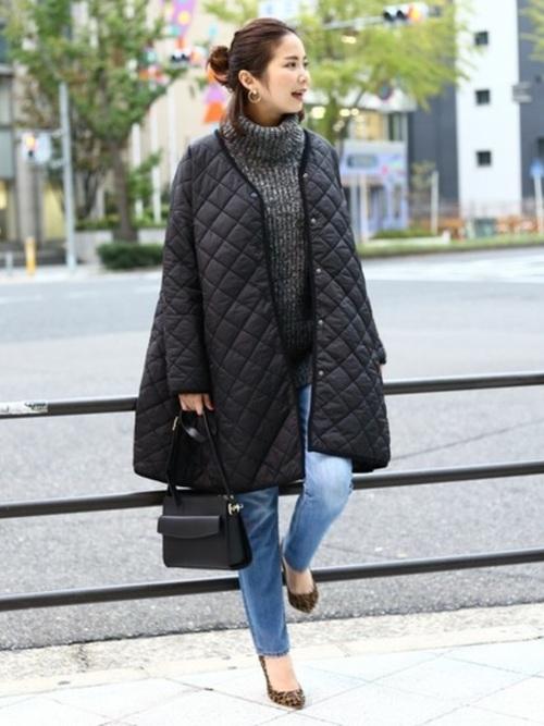 すっきりしたノーカラーは、旬なタートルネックセーターとも好相性ですよ。