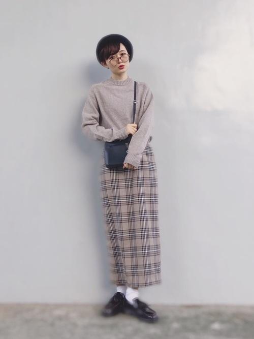 ベージュのクルーネックセーター3