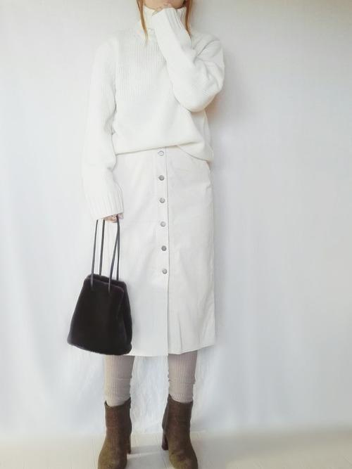 白ニット×白スカート