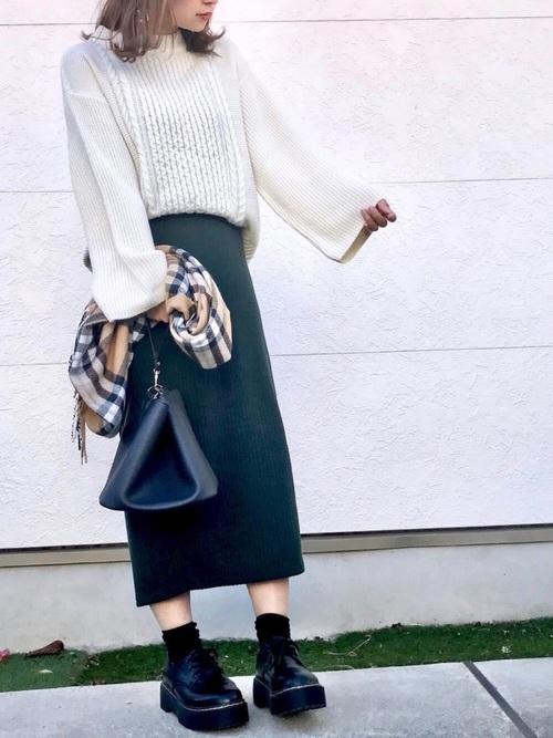 白ニット×グリーンリブスカート
