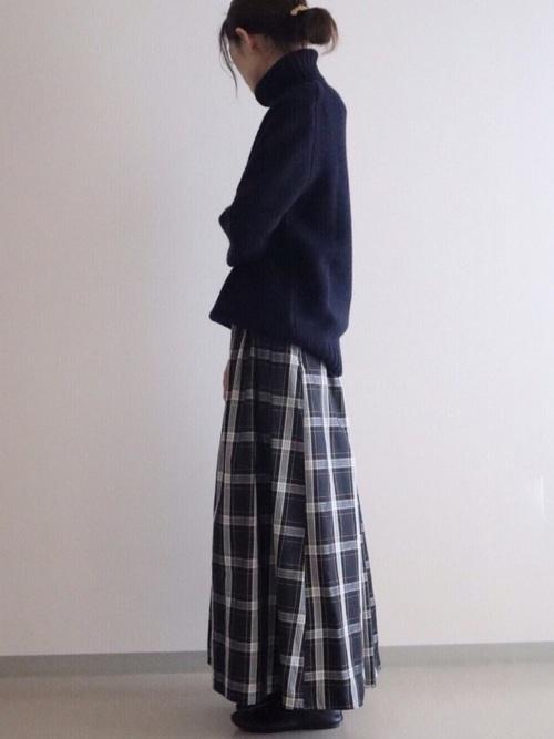 ネイビーのローゲージタートルネックセーター