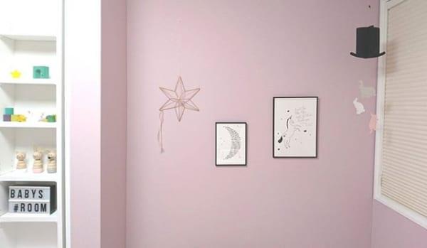 ピンクの壁にマッチ