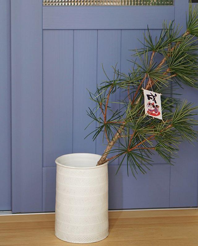 作家ものの花瓶に松の枝を