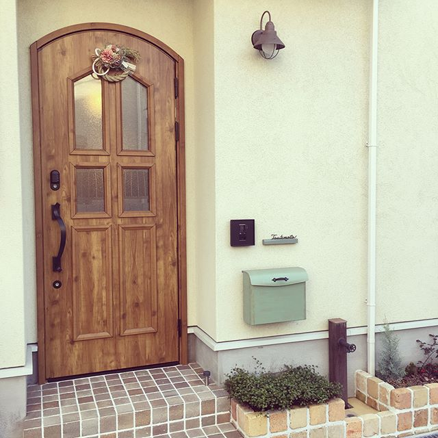 しめ縄を玄関の扉に飾る