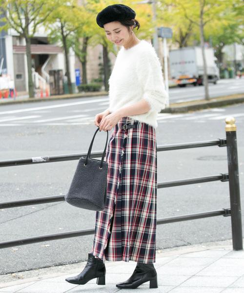 白ニットで華やかな柄スカートを爽やかに着こなす